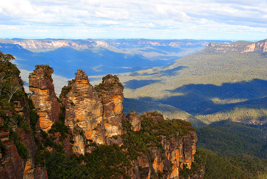 1280px-Three_Sisters_-Blue_Mountains,_New_South_Wales,_Australia-20July2012.jpg